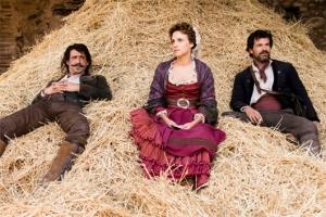 Alonso, Amelia y Julián en una de las escenas del primer capítulo / Fuente: Serieadictos